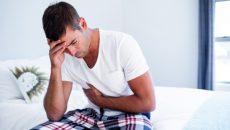 גבר סובל בשל כאב בטן לא מוסבר