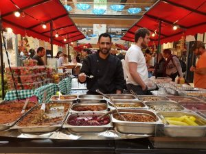 """""""טבעוני אסלי"""" מטירה, מביא טעמים מהמטבח הערבי, בפסטיבל הטבעונות שנערך בקניון שבעת הכוכבים"""