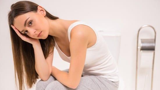 עצירות כרונית מוגדרת כמצב מתמשך שבו אין התפנות יומיומית של המעיים