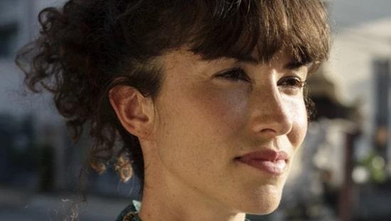 אישה עם עור צעיר, חלק ויפה המתחיל בטיפוח פנימי של העור