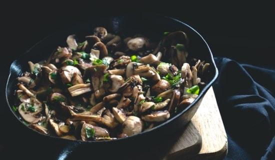מנה של מוקפץ פטריות, שיטות בישול פשוטת ותכנון התפריט הן אחת מהאסטרטגיות לירידה ושמירה על המשקל