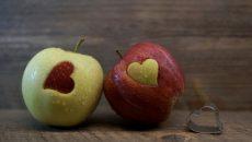 שני תפוחים בצבעים שונים עם צורה של לב, תקשורת מקרבת מאפשרתל לנו לתקשר באמפתיה גם במצבים קשים