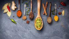 מבחר תבלינים הודיים שמומלץ לחלוט לתה או להוסיף לתבשילים