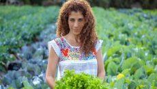 אומינה, מתמחה בתחום תזונת הסופרפוד (מזונות על) וניקוי גוף מרעלים, אורח חיים בריא והריפוי הטבעי