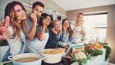 חבורה של צעירים שמחים מבשלים יחד - יש מאכלים שיעודדו מצברוח טוב ויש כאלו שיעוררו דיכאון