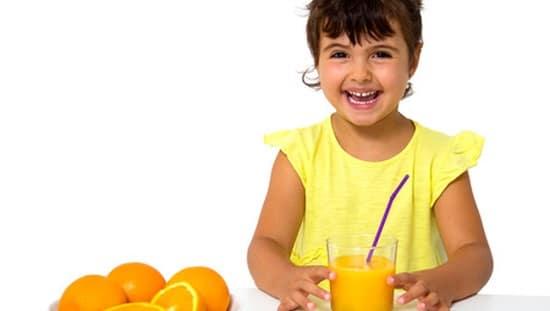 ילדה שותה מיץ תפוזים, כדי לקבל את המנה היומית המומלצת של ויטמין סי עלינו לצרוך כ 14 תפוזים ביום, או ליטול ויטמין סי ליפוזומלי