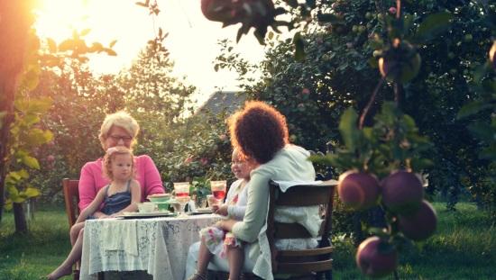 נשים וילדות ליד שולחן פיקניק בחוץ, ניקוי רעלים לקראת האביב מבריא ומרענן את הגוף והנפש