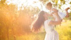 אישה בהיריון מניפה את בתה הגדולה - הנחיות חשובות לבריאותכן ולבריאות הדור הבא
