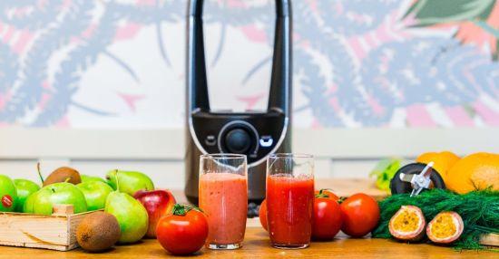 בלנדר ozen ושתי כוסות עם מיץ עגבניות שנטחן בבלנדר רגיל או בלנדר ואקום