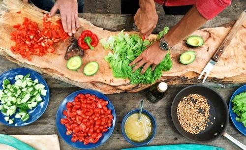 גבר ואישה מכינים סלט, שהוא חלק הכרחי ממטבח בריא