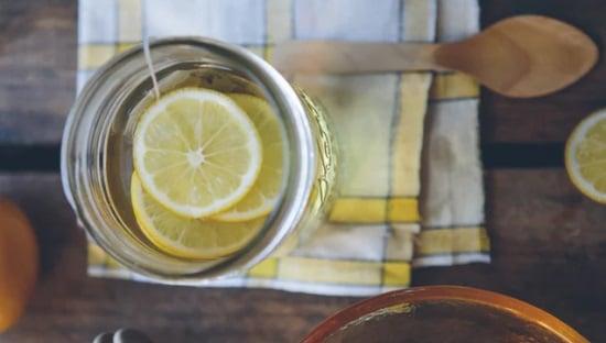 מים עפ לימון, שתיים מים חמימים עם לימון על קיבה ריקה כל בוקר יכולה לסייע לעיכול שלכם במשך כל היום