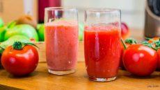 שתי כוסות עם מיץ עגבניות שנטחן בבלנדר רגיל או בלנדר ואקום