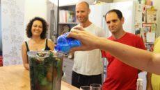 קארונה ירון מלמדת בסדנה של ריפוי טבעי לכולסטרול
