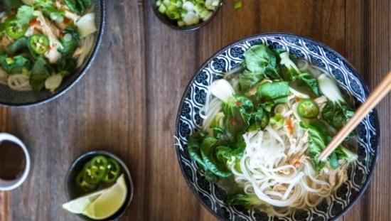 מרק אסייתי עם עלים ירוקים, שהם מזון עשיר במגנזיום
