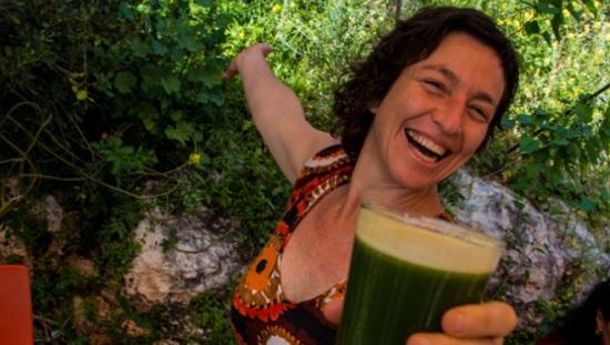 קארונה ירון מחזיקה מיץ עשב חיטה, שהוא חלק מתוכנית ריפוי טבעי של סוכרת