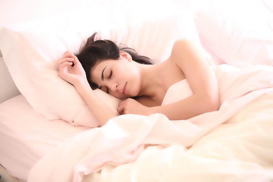 אישה ישנה. שייק ירוק בבוקר נותן אנרגיה