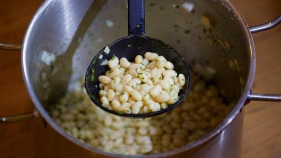 תבשיל צמחוני של שעועית לבנה