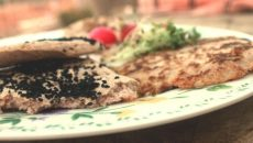 פיתה או פנקייק עשויים קמח כוסמת וקמח שקדים