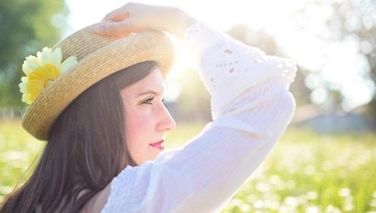 אשה נאה ובריאה מביטה בנוף, ניקוי רעלים הוא חלק בלתי נפרד מהתמיכה בבריאות שלנו