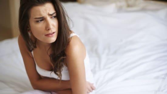 אישה סובלת מכאב בטן, בדיקת מעבדה של מערכת העיכול יכולה לתת מענה למחלות רבות