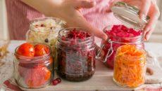 ירקות כבושים מספקים פרוביוטיקה טבעית, שהיא תוסף תזונה שמחזק את בלוטת התריס