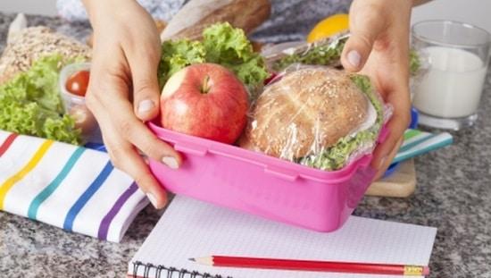 קופסאת אוכל עם כריך ותפוח