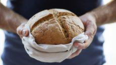 ידיים מחזיקות כיכר לחם