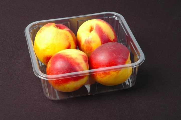 אפרסקים במיכל פלסטיק, שממנו מומלץ להימנע בגלל רעלים שיכולים להחמיר סוכרת