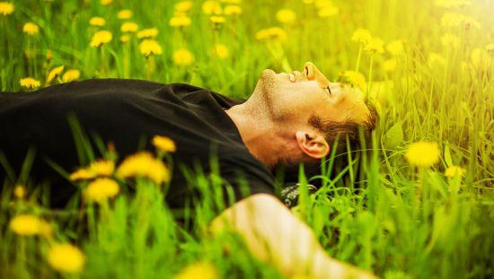 אדם שוכב על הדשא