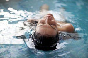 אישה נרגעת בבריכה