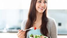 אישה אוכלת סלט