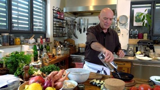 השף והנטורופת צחי בוקששתר במטבח