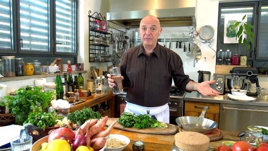 צחי בוקששתר מכין חביתת ירק עם שמן KETOIL