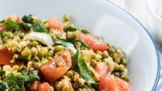 תבשיל מאש עם עגבניות, תרד וטחינה של אפרת ליכטנשטט. מתוך ספר המתכונים של FOODY. צילום: FOODY