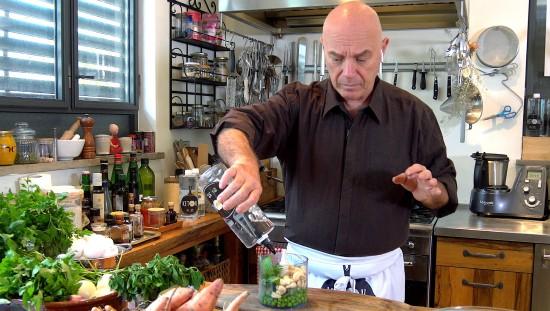 השף והנטורופת צחי בוקששתר מכין פסטו אפונה