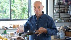 השף והנטורופת צחי בוקששתר עם שמן KETOIL. צילום: אסף רונן