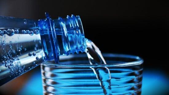 נסו לשתות מים. אולי אתם בעצם זקוקים לנוזלים.