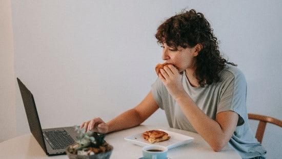 כשאנחנו אוכלים בהיסח הדעת, אנחנו לא נהנים מהאוכל