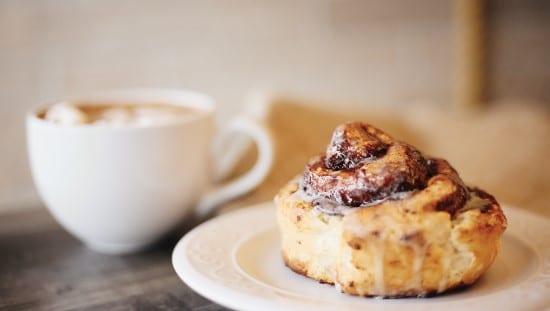 קפה ומאפה - יותר זול מסלט. צילום: unsplash
