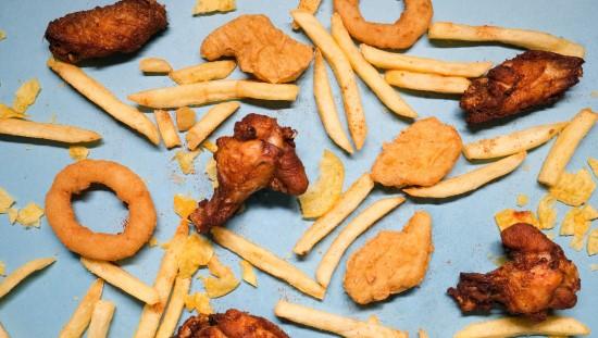 מזון עתיר בשומן - לא מומלץ לסובלים מפצעונים. צילום: pexels
