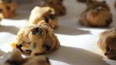 עוגיות שוקולד צ'יפס ללא אפיה. צילום: unsplash