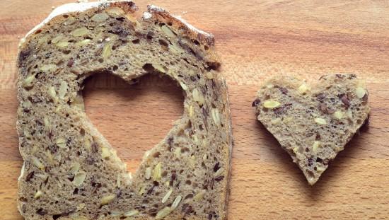 הגדלת צריכת הדגנים המלאים ב-2 פרוסות לחם ביום הפחיתה את הסיכון למחלות לב. צילום: pixabay