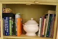 שידה מלאה בספרי תזונה, למידה עצמית