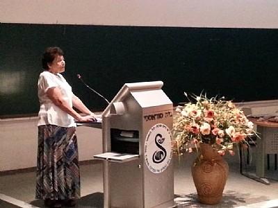 פרופסור מינה פארן בהרצאתה (צילום: אפרת דרוקר)